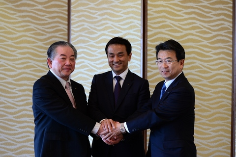左から市長、村岡知事、相良社長